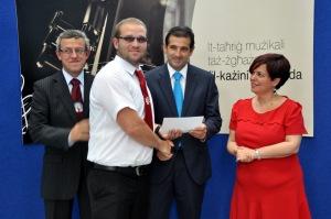 Mark Mangani - Membru tal-Kumitat qed jirċievi il-fond tal- Agenzija Żgħażagħ, għas-sena 2014