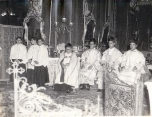 Ritratt miġbud nhar il-5 ta' Settembru 1954. Fost l-oħrajn jidher l-Arċipriet il-ġdid Dun Pawl Said. (liebes kappa bajda fuq in-naħa tax-xellug)